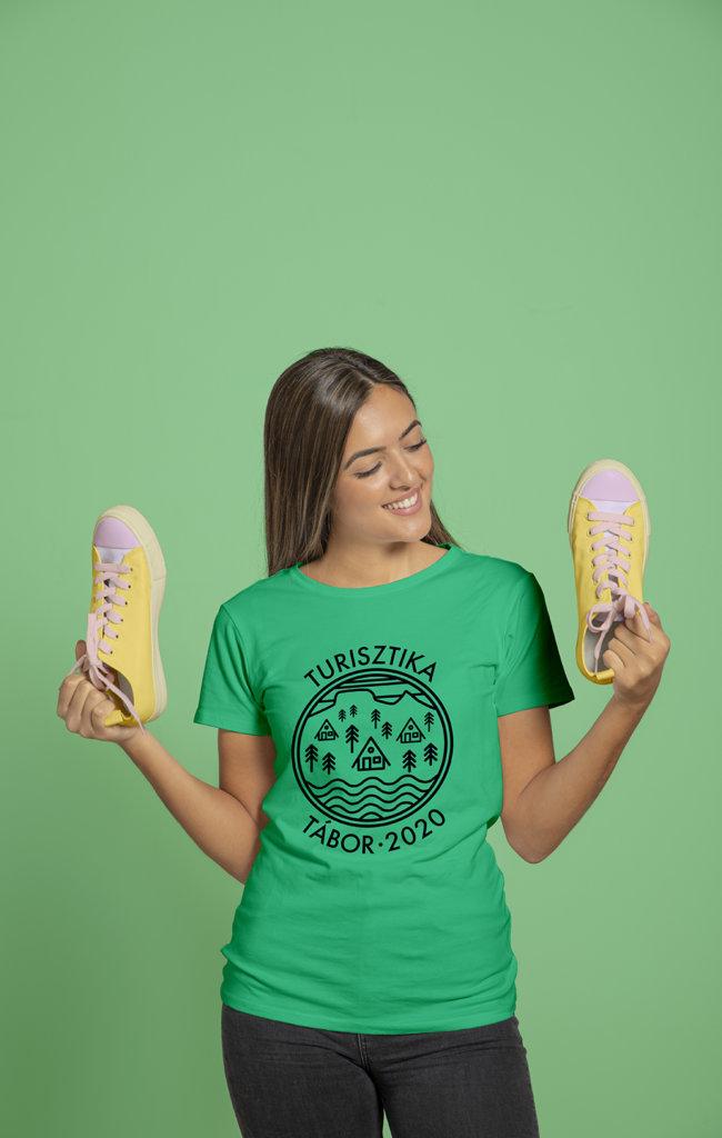Turisztika táboros póló egy lányon
