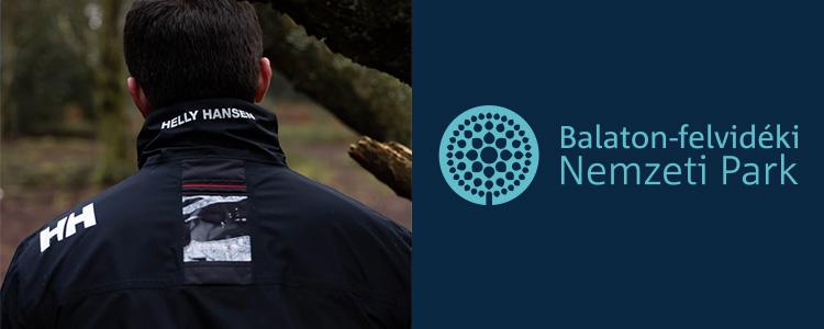Helly Hansen kabát egy férfin és a Balatob-felvidéki Nemzeti Park logója