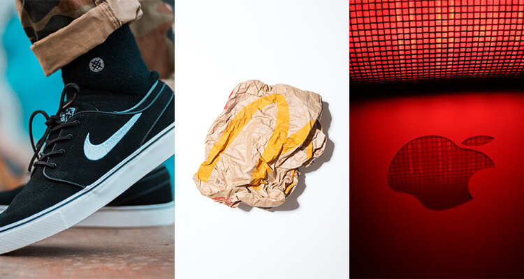 Nike logó egy cipőn, McDonalds logó egy összegyűrt papírzacskón és Apple logó