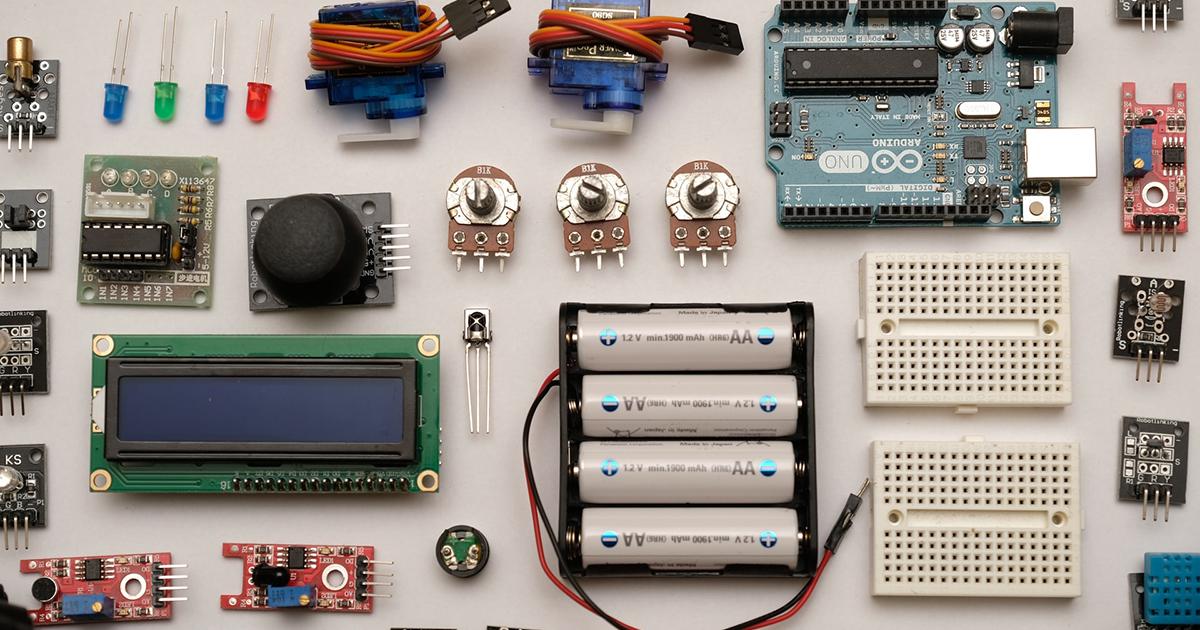 Elektronikai alkatrészek egy asztalon