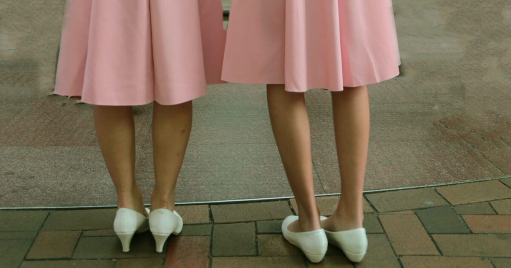 duplikáció két nő lába ugyanolyan szoknyában