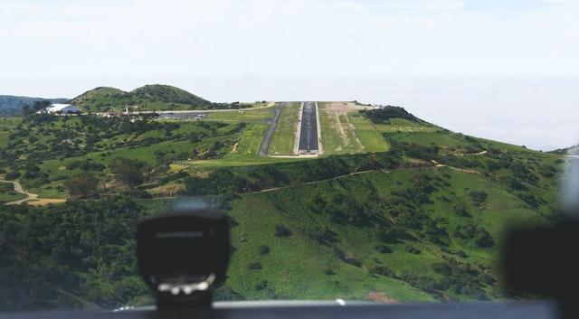 nagyon rövid leszállópálya a pilótafülkéből fotózva