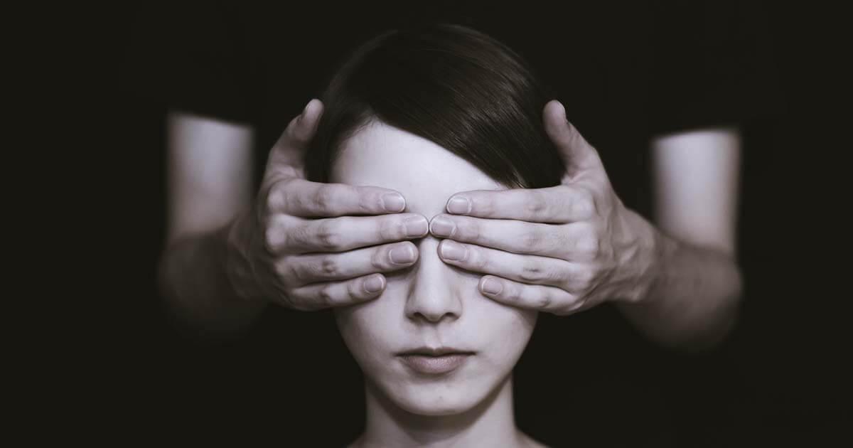 letakart szemű nő