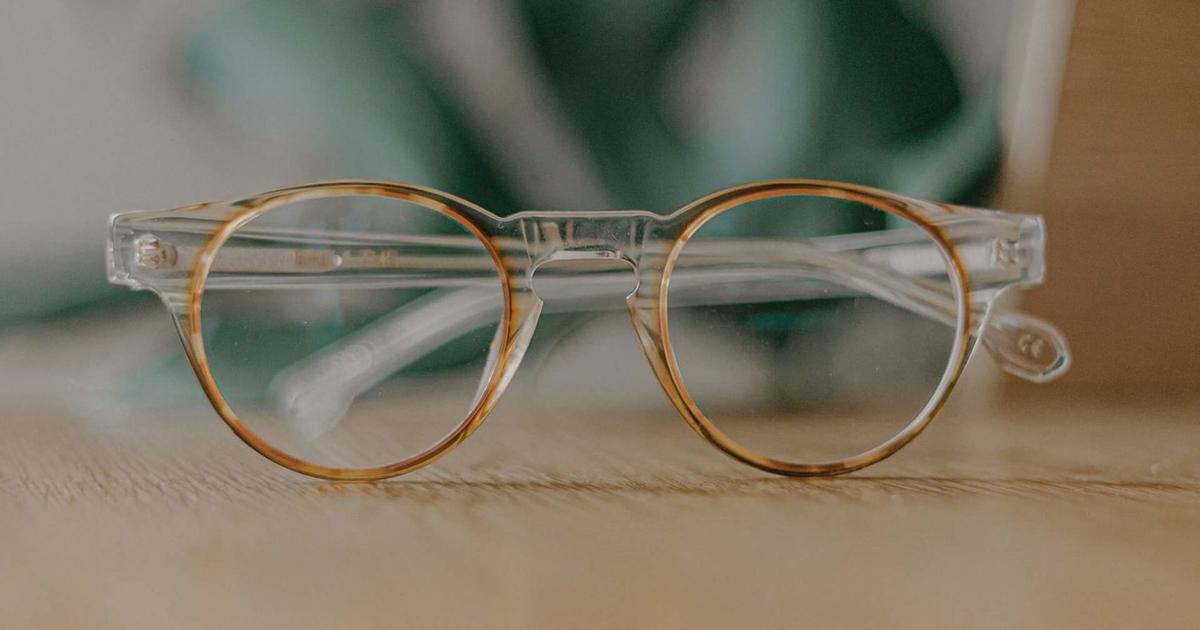 Szemüveg letéve egy asztalra