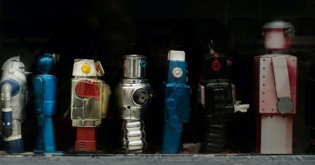 játékrobotok sorakoznak egy polcon
