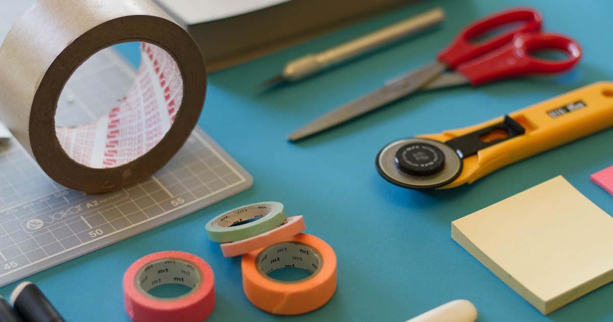 asztalon heverő eszközök képek optimalizálásához