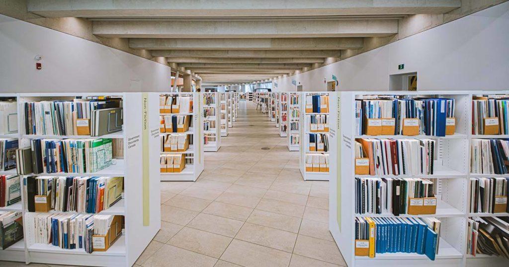 könyvtár belső, végeérhetetlennek tűnő polcokkal