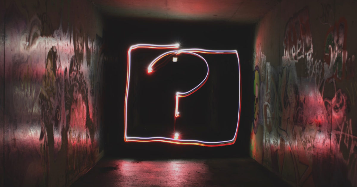 sötét folyosó végén világító kérdőjel