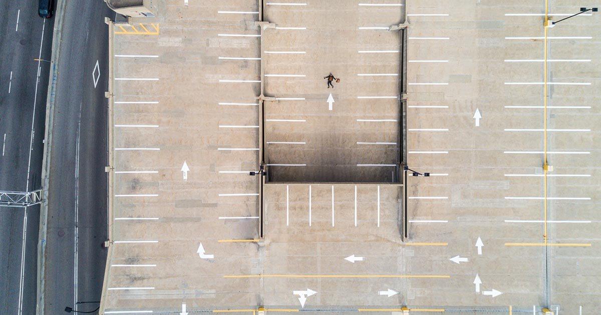 navigálás egy nagy parkolóban felülről nézve
