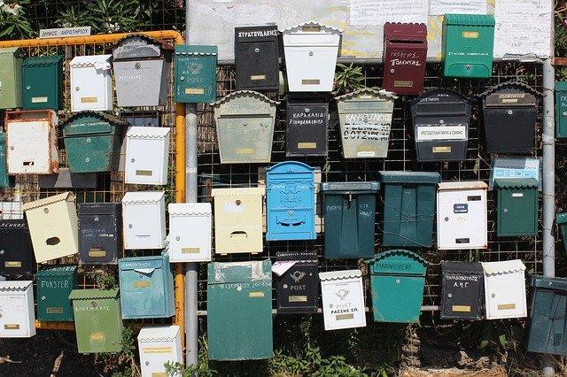 rengeteg postaláda egy kerítésen