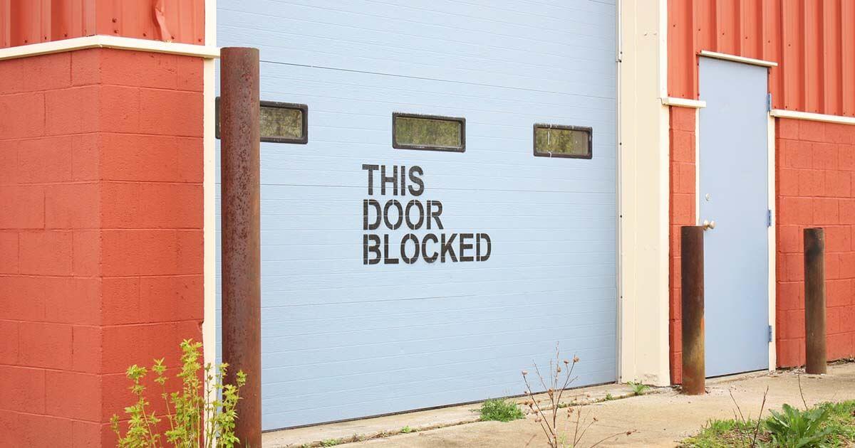 óriási kapu zárva felirattal